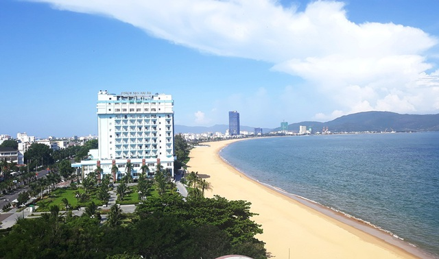 Đang di dời, khách sạn ven biển Quy Nhơn bất ngờ cho cải tạo, sửa chữa - 2