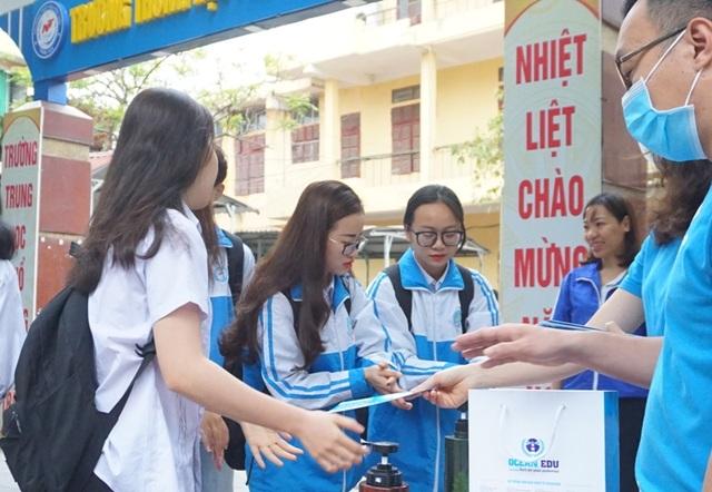 Thanh niên tình nguyện giúp học sinh THPT phòng, chống dịch Covid-19 - 3
