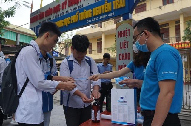 Thanh niên tình nguyện giúp học sinh THPT phòng, chống dịch Covid-19 - 2