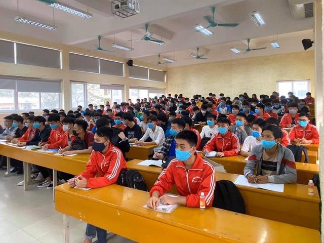 Những sinh viên đầu tiên trở lại trường sau kỳ nghỉ vì covid-19 - 12