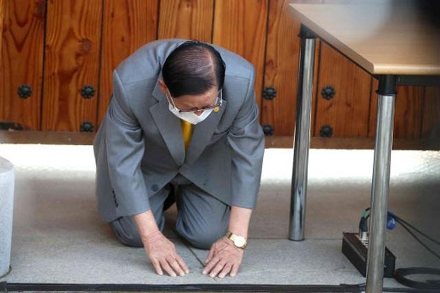 Giáo chủ Tân Thiên Địa quỳ xin lỗi trong lần đầu xuất hiện sau dịch bệnh - 1