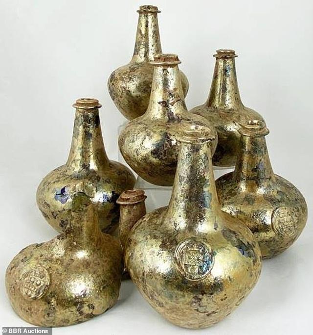 Đào đất, bất ngờ đào được chai rượu cổ trị giá 600 triệu đồng - 1