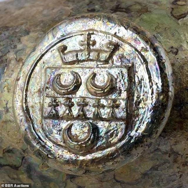 Đào đất, bất ngờ đào được chai rượu cổ trị giá 600 triệu đồng - 2