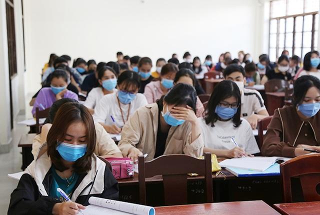 Đà Nẵng: Nhiều học sinh, sinh viên đeo khẩu trang trong lớp học - 1
