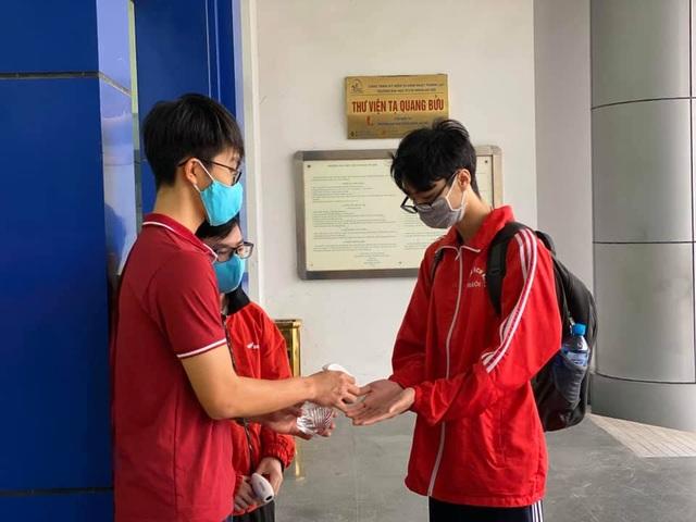 Những sinh viên đầu tiên trở lại trường sau kỳ nghỉ vì covid-19 - 3
