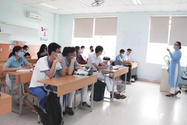 Đà Nẵng: Nhiều học sinh, sinh viên đeo khẩu trang trong lớp học - 4
