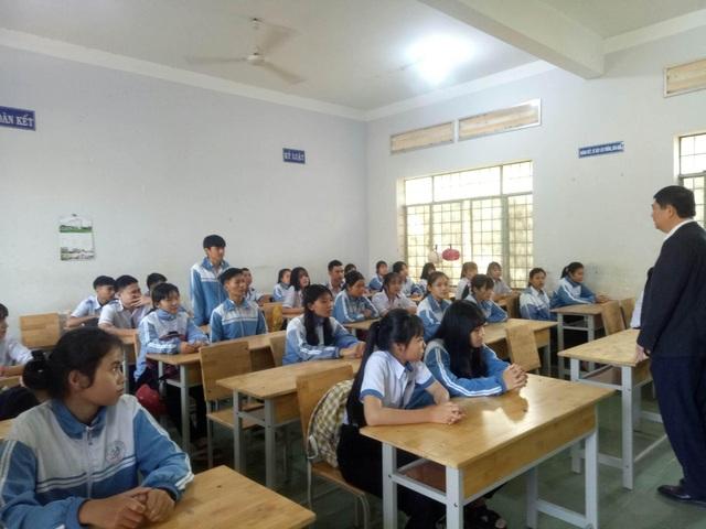 Đắk Lắk: Không cho xe đưa đón học sinh vào khuôn viên trường - 2