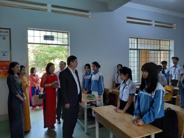 Đắk Lắk: Không cho xe đưa đón học sinh vào khuôn viên trường - 1