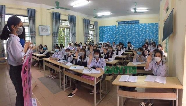 """35.000 học sinh """"tâm dịch"""" Vĩnh Phúc ngày đầu tiên trở lại trường học - 9"""