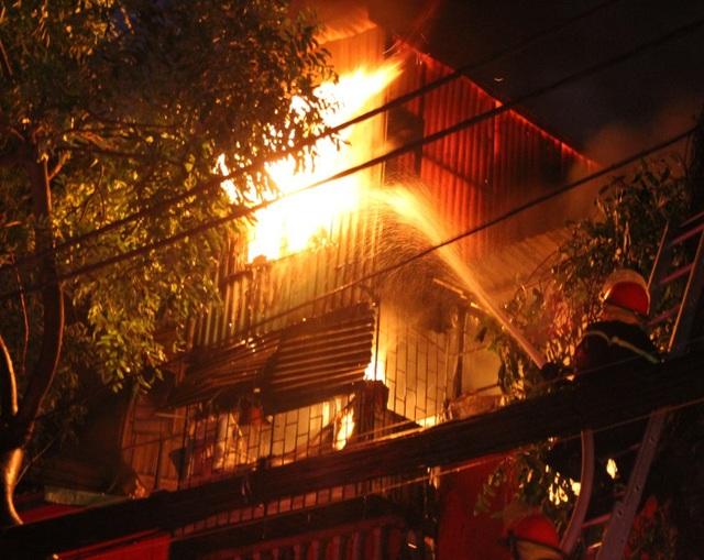 Nhà trọ 5 tầng bốc cháy khiến 1 nữ sinh viên tử vong, nhiều người bị thương - 1