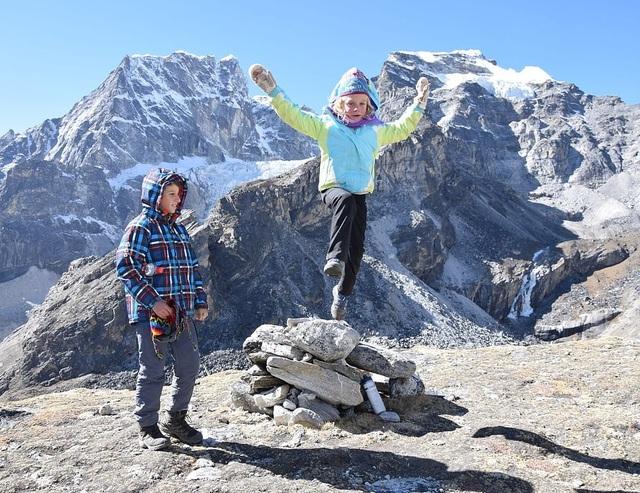 Bé gái 6 tuổi chinh phục cung đường đến Trại chính Everest