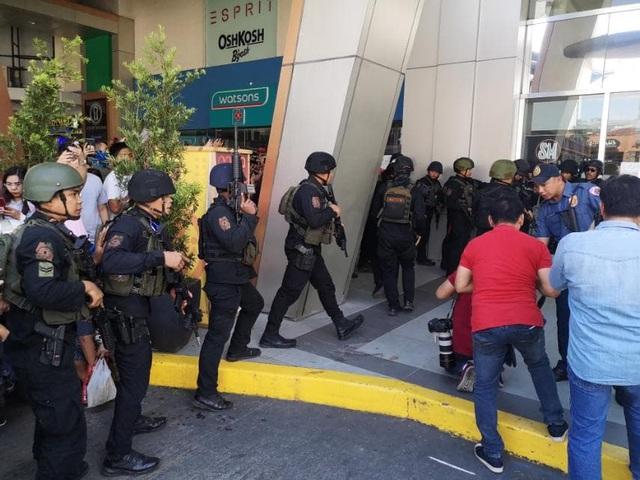 Nổ súng, bắt giữ 30 con tin ở trung tâm thương mại Philippines - 5