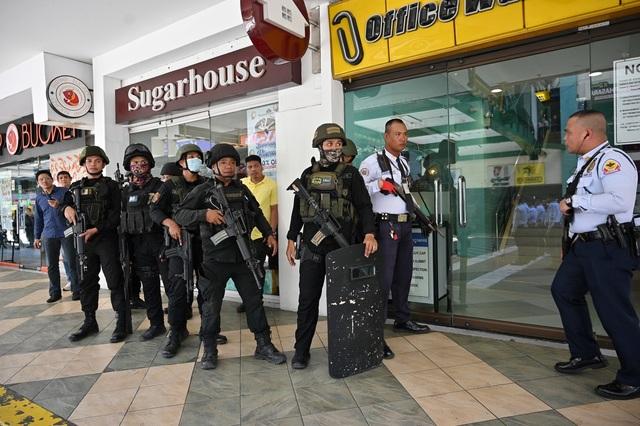 Nổ súng, bắt giữ 30 con tin ở trung tâm thương mại Philippines - 4
