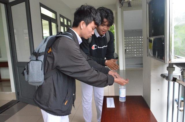 Đà Nẵng: HS lớp 12 được đo thân nhiệt, rửa tay sát khuẩn từ cổng trường - 5