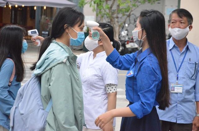 Đà Nẵng: HS lớp 12 được đo thân nhiệt, rửa tay sát khuẩn từ cổng trường - 4