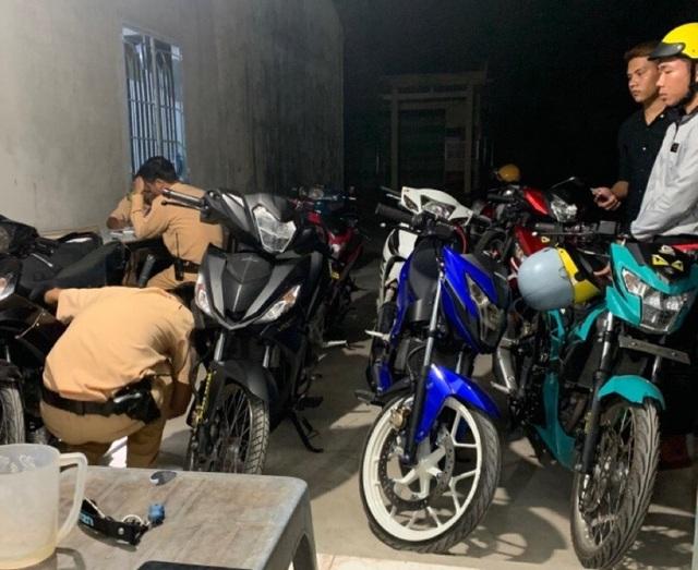 CSGT tổ chức vây bắt nhóm đua xe mang theo mã tấu - 1