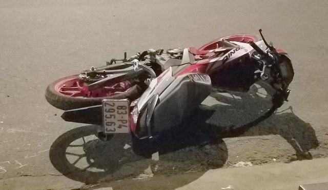Hai thanh niên thương vong cạnh xe máy trên quốc lộ - 2