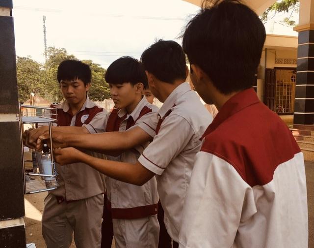 Cơ sở giáo dục nghề nghiệp tự pha dung dịch sát khuẩn tặng học viên - 1