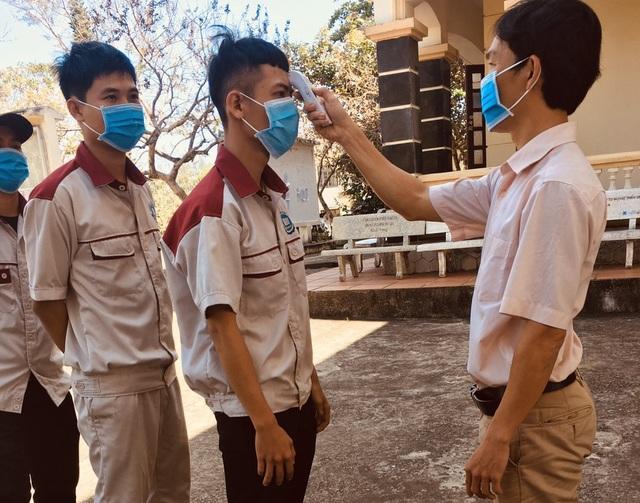 Cơ sở giáo dục nghề nghiệp tự pha dung dịch sát khuẩn tặng học viên - 2