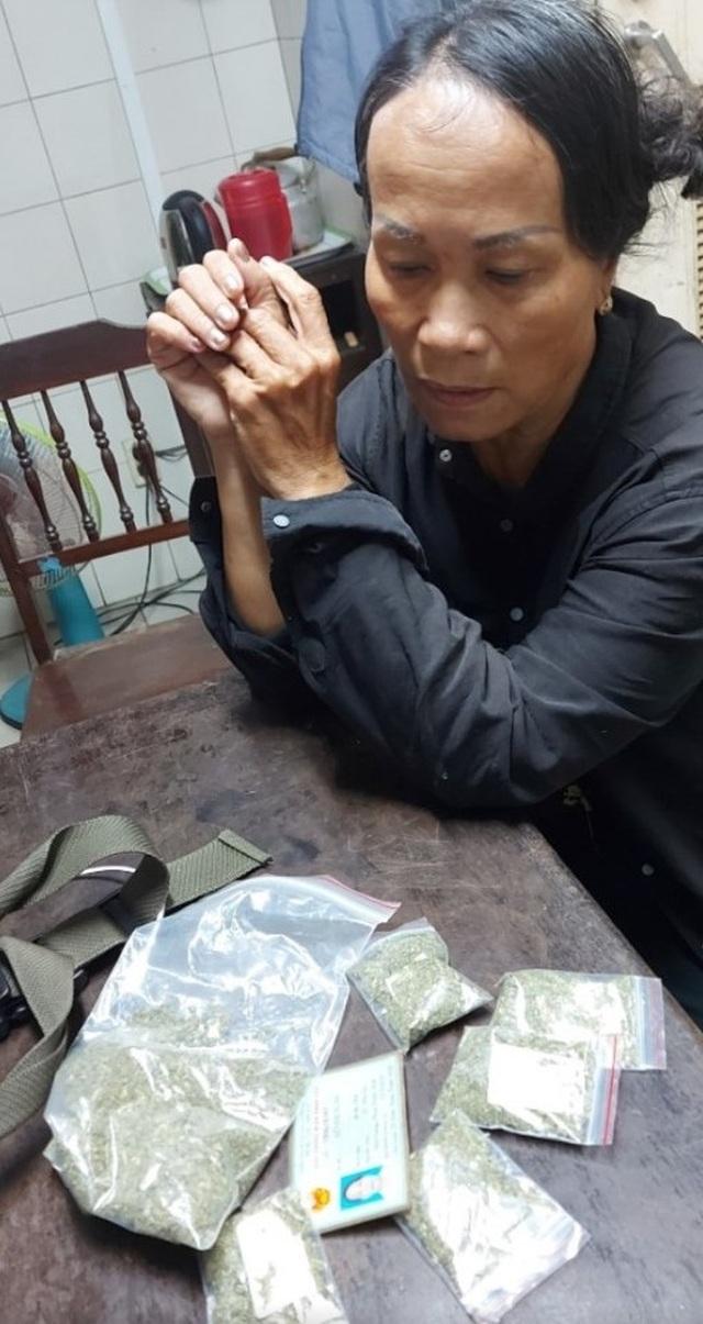 Nữ quái 67 tuổi nghi thuê nhà chờ tại bệnh viện để bán... cỏ Mỹ - 1