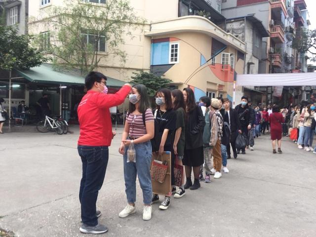 Đoàn trường hỗ trợ đo nhiệt độ, phát khẩu trang cho sinh viên - 6