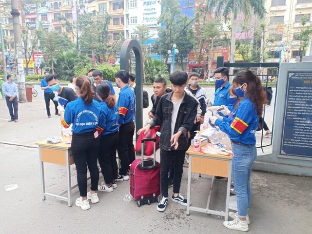 Đoàn trường hỗ trợ đo nhiệt độ, phát khẩu trang cho sinh viên - 2