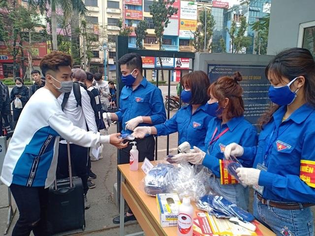 Đoàn trường hỗ trợ đo nhiệt độ, phát khẩu trang cho sinh viên - 1