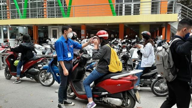 Đoàn trường hỗ trợ đo nhiệt độ, phát khẩu trang cho sinh viên - 4