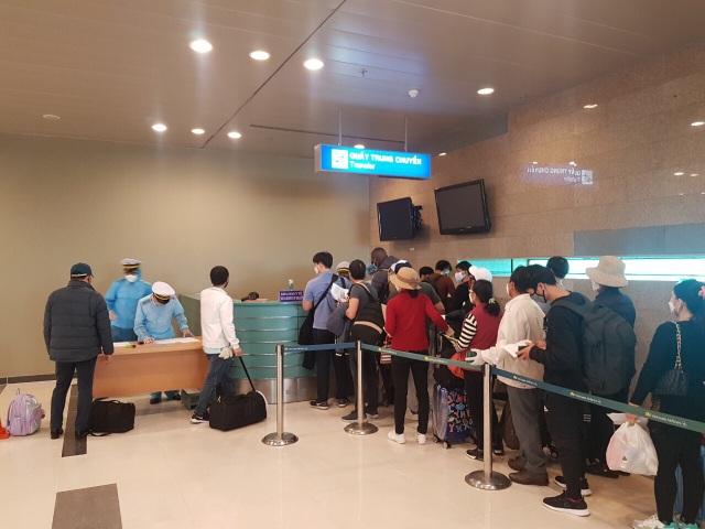 Đoàn người Việt trở về từ Hàn Quốc nhập cảnh ngay trên máy bay - 3