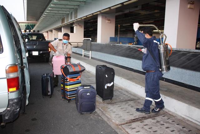 Đoàn người Việt trở về từ Hàn Quốc nhập cảnh ngay trên máy bay - 8