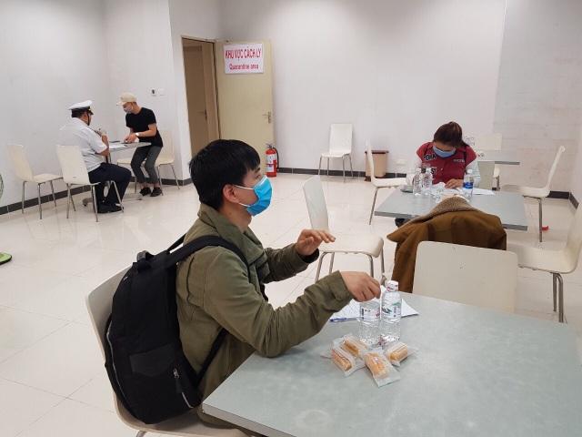 Đoàn người Việt trở về từ Hàn Quốc nhập cảnh ngay trên máy bay - 6