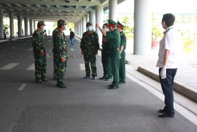 Đoàn người Việt trở về từ Hàn Quốc nhập cảnh ngay trên máy bay - 10