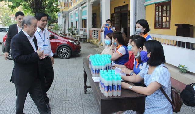 Chủ tịch tỉnh Thừa Thiên Huế kiểm tra công tác phòng dịch của nhà trường - 12