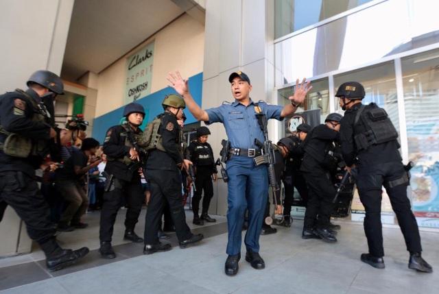 Nổ súng, bắt giữ 30 con tin ở trung tâm thương mại Philippines - 2