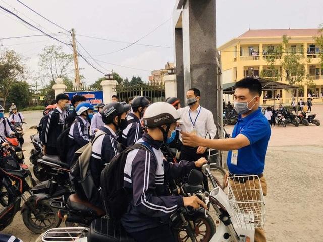 Hà Tĩnh: Đo thân nhiệt cho học sinh THPT 2 lần mỗi ngày tại cổng trường - 1