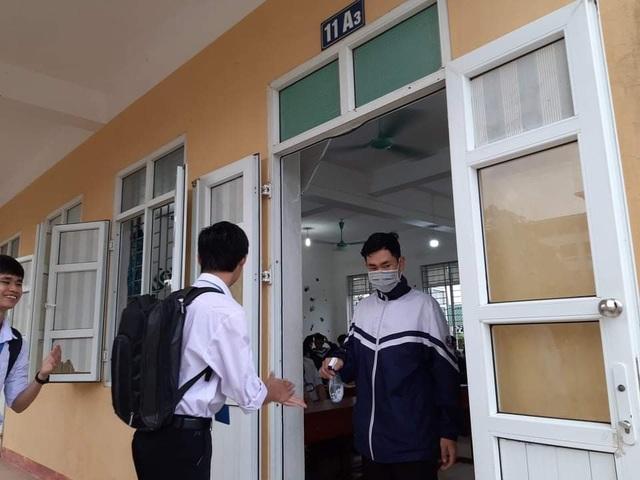 Hà Tĩnh: Đo thân nhiệt cho học sinh THPT 2 lần mỗi ngày tại cổng trường - 8
