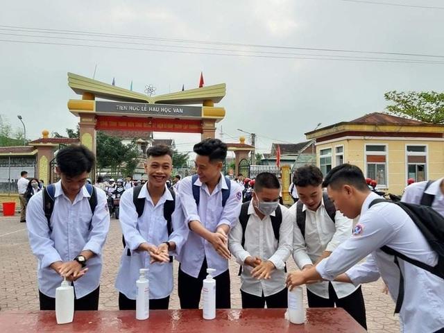 Hà Tĩnh: Đo thân nhiệt cho học sinh THPT 2 lần mỗi ngày tại cổng trường - 3