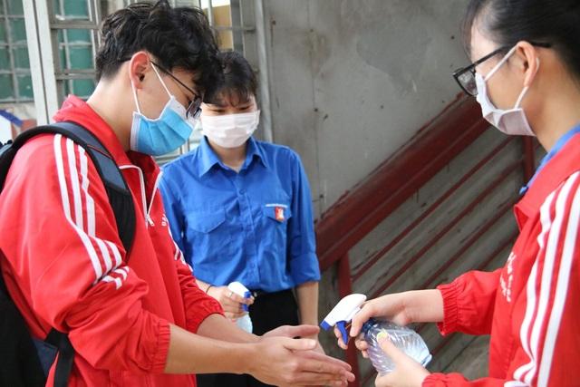 Những sinh viên đầu tiên trở lại trường sau kỳ nghỉ vì covid-19 - 10