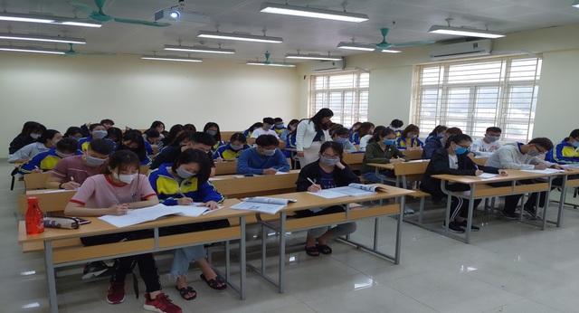 Sinh viên háo hức quay lại trường sau kỳ nghỉ kéo dài vì dịch Covid-19 - 1