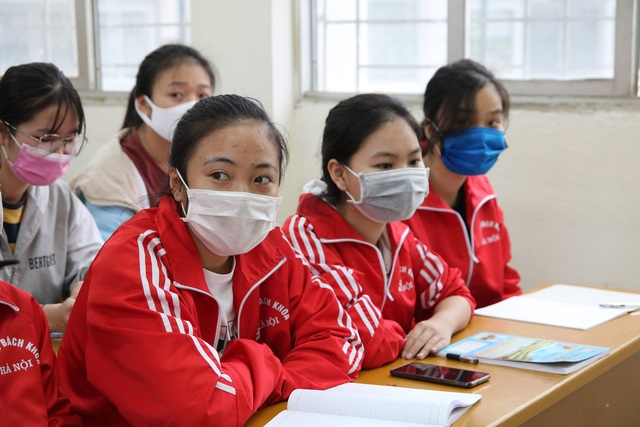 Những sinh viên đầu tiên trở lại trường sau kỳ nghỉ vì covid-19 - 6