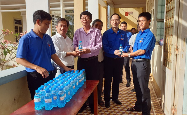 Tặng hơn 1.600 lít dung dịch rửa tay khô cho các trường THPT - 1