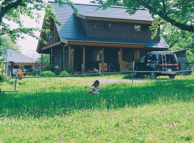 Vẻ đẹp thơ mộng của ngôi nhà gỗ giữa cánh đồng cỏ, ai nhìn cũng muốn ở - 1
