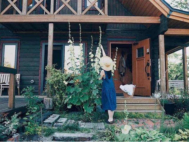 Vẻ đẹp thơ mộng của ngôi nhà gỗ giữa cánh đồng cỏ, ai nhìn cũng muốn ở - 6