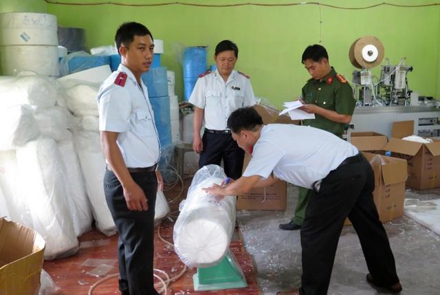 Bị phạt 70 triệu đồng vì sản xuất, tiêu thụ khẩu trang y tế lậu - 3