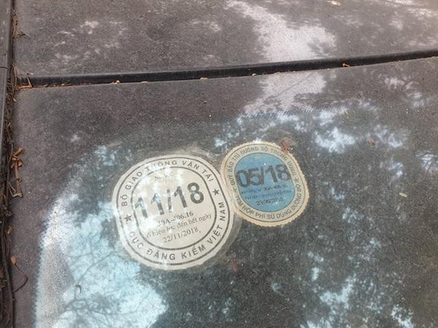 Cận cảnh những chiếc xe sang tiền tỉ bị bỏ quên giữa lòng Hà Nội - 4
