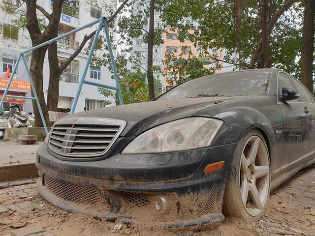 Cận cảnh những chiếc xe sang tiền tỉ bị bỏ quên giữa lòng Hà Nội - 6