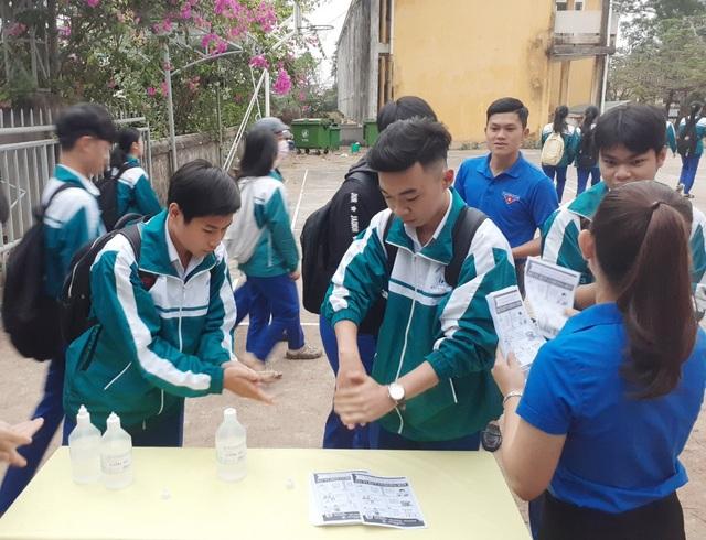 Quảng Trị: Học sinh được đo thân nhiệt, rửa tay sát khuẩn trước khi vào lớp - 2