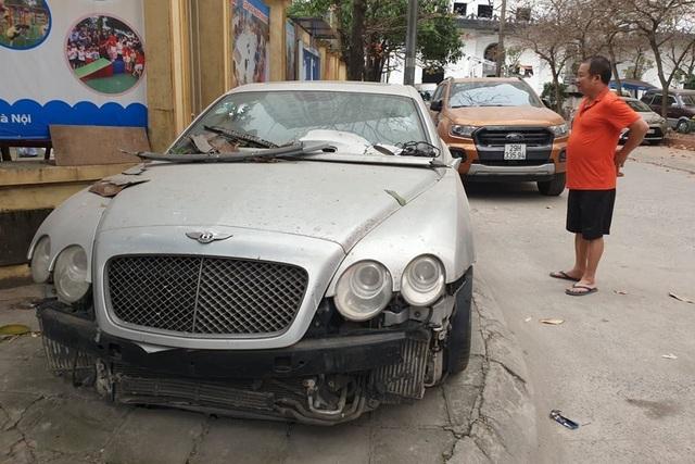Cận cảnh những chiếc xe sang tiền tỉ bị bỏ quên giữa lòng Hà Nội - 1