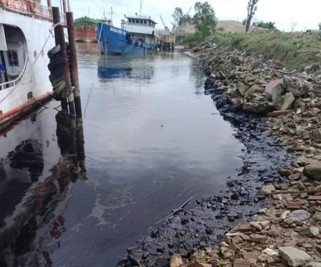 Truy tìm thủ phạm gây ra vết dầu loang trên sông Lam - 1