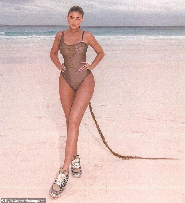 Kylie Jenner bốc lửa trong kỳ nghỉ ở Bahamas - 5
